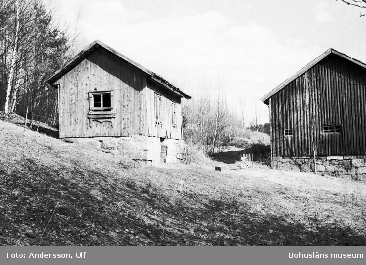 """Bohusläns samhälls- och näringsliv. 2. STENINDUSTRIN. Film: 14  Text som medföljde bilden: """"Gård belägen ost Hillern. April 1977."""""""