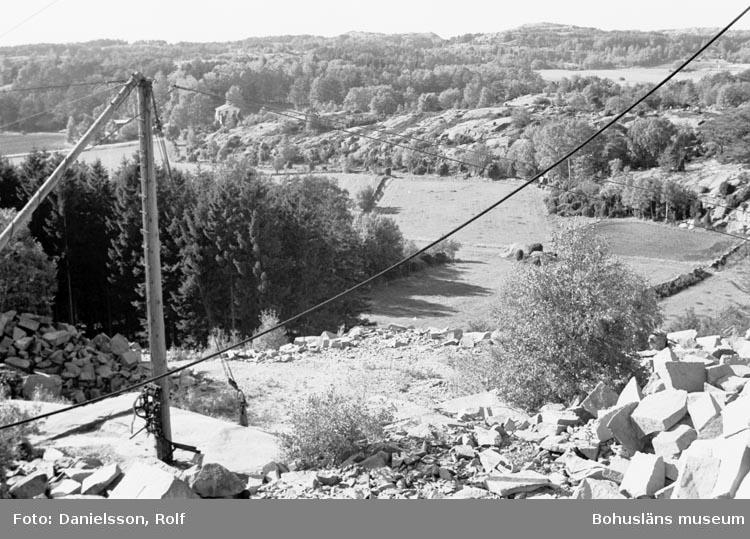 """Bohusläns samhälls- och näringsliv. 2. STENINDUSTRIN. Film: 58  Text som medföljde bilden: """"Stenhuggeri: Sotenäset. Foto R.D. Amdal 1979 sommaren""""."""