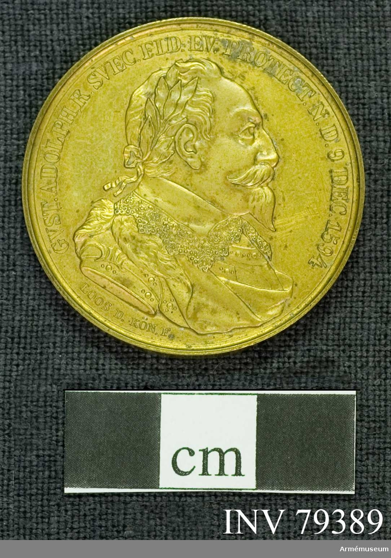 Grupp M. Åtsidan: GUST.ADOLPH.R.SVEC.FID.EV.PROTECT.N.D. 9 DEC.1594. Bröstbild åt höger (näsan mera krokig än på de flesta andra porträtt), i harnesk, mantelveck och spetskrage, huvudet bart, lagerkransat. Under: LOOS d KÖNF.  Frånsidan: Omskrift (upptagande medaljens övra hälft): OB.AP.LVETZEN D.6 NOV. 1632. Mittpartiet i förgrunden visar Lützenmonumentet, rest över en orelbunden sten med inristningen G.A. 1932. Bakom monumentet en slät med Lützen i bakgrunden samt en tät rad stiliserade popplar till höger. I avskärningen: POPYLOR PIETAT. D. 6 NOV.1837 på 3 rader.
