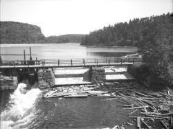 """Enligt noteringar: """"Dammbron i sjön Vassbotten vid Kaserna."""