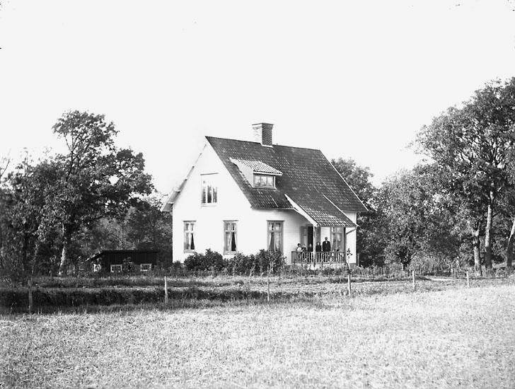 """Enligt noteringar: """"Förvaltarbostaden på Torreby gods. På trappan troligen  förvaltarfamiljen Moberg."""" (BJ)"""