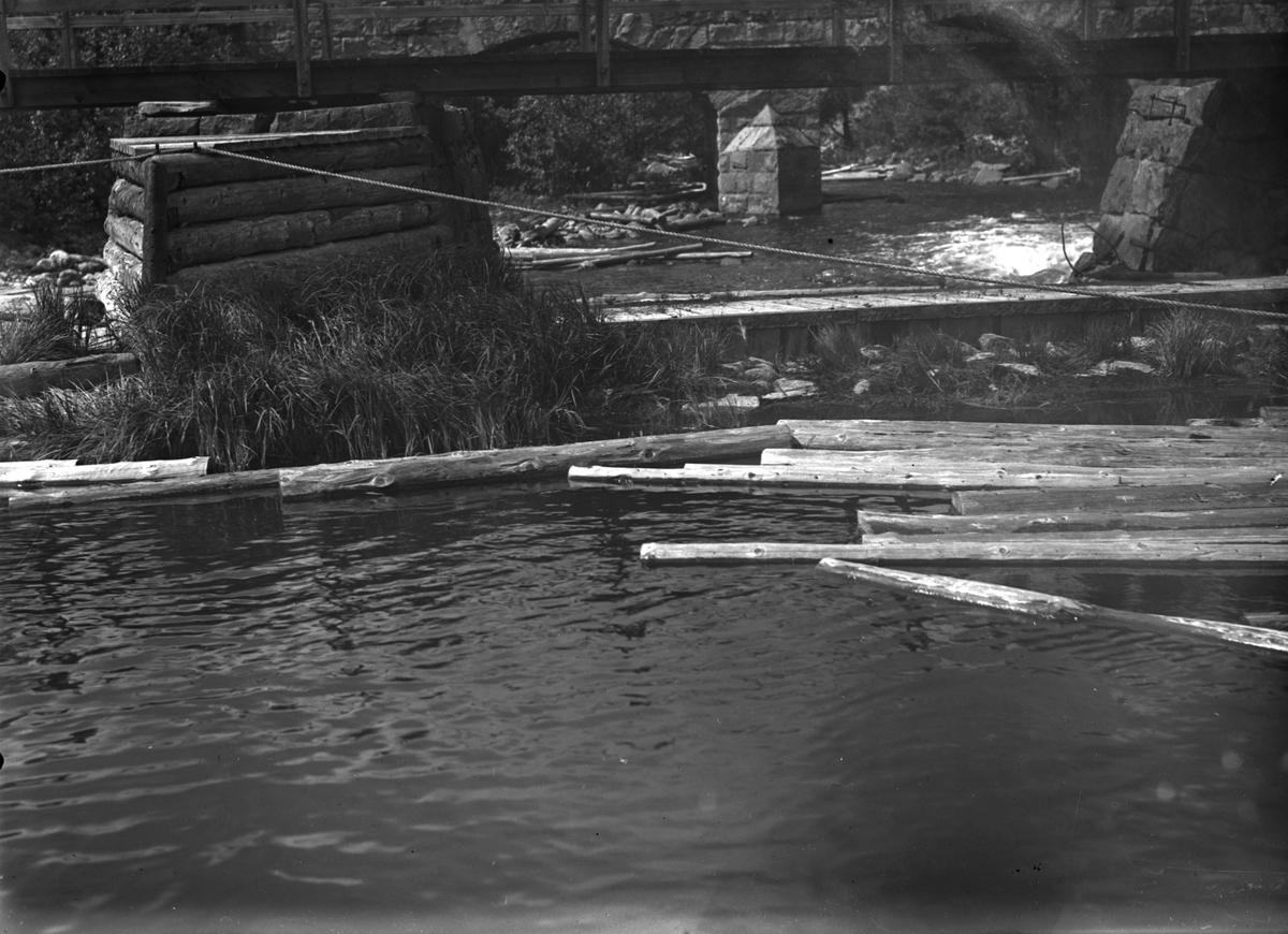 Bron och dammen vid Kaserna. I vattnet ligger timmer som flottades i sjön Vassbotten till massafabriken vid Munkedals bruk