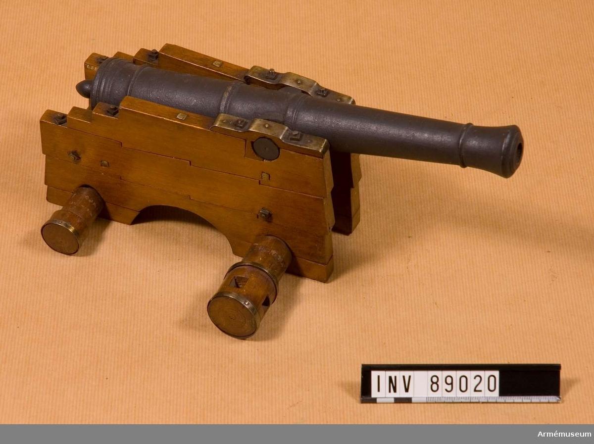 Grupp F I. Modell av vallavettage till 18-pundigt eldrör. Skala 1/12. Kapten F A Spaks katalog 1888. Projekterat av översten och chefen för K. Göta artilleriregemente, sedemera generalmajoren, Silverskjöld 1802. Använt till jämförande skjutförsök 1803.  I lavetten ligger en 18-pundig kanon (modell av trä) av Cronstedts system.