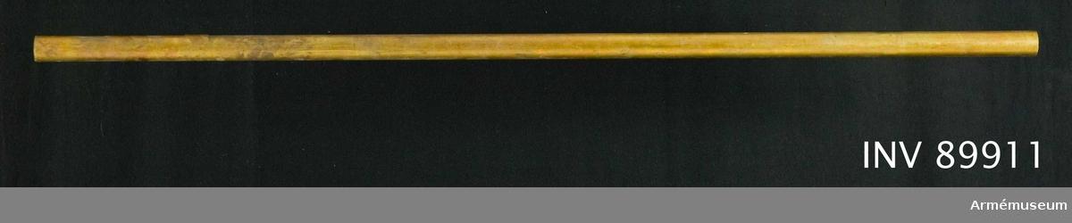 Del av stång i trä. Bemålad i rödbrun färg. Avsågad av utställningstekniska skäl under 1800-talet.