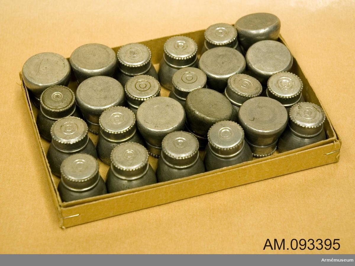 24 stycken konformade oljefoder i plåt, förvaras i ask.