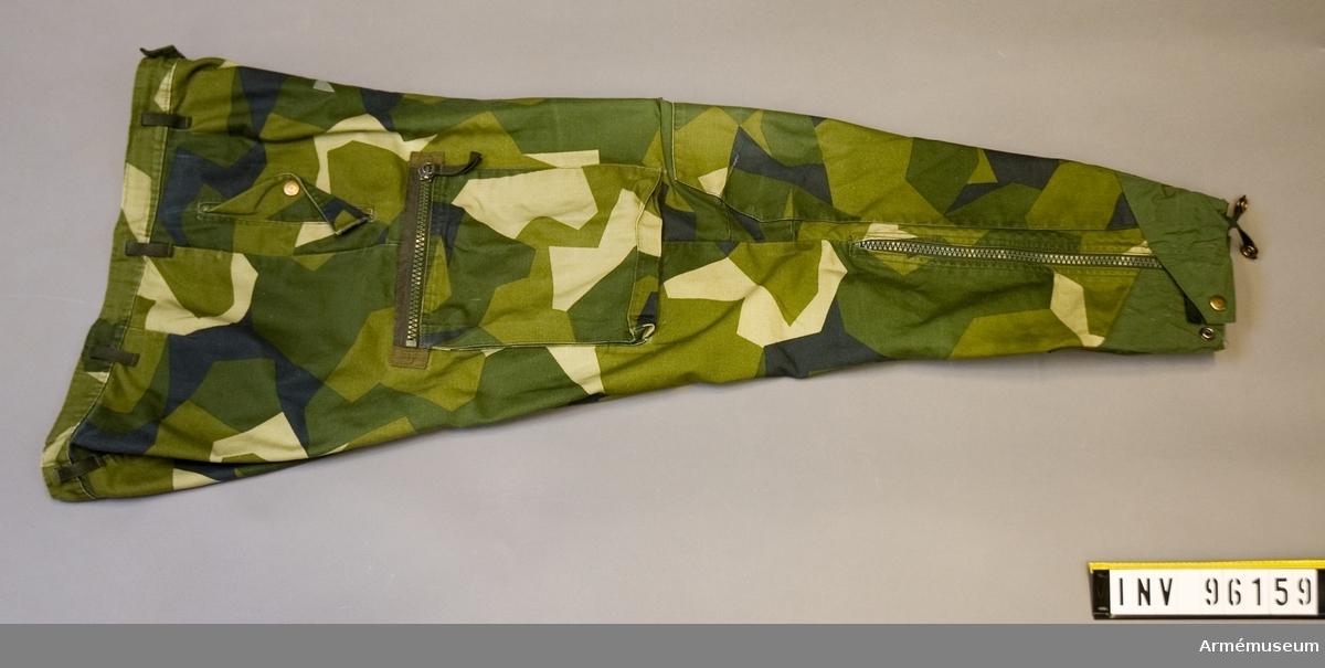 Att passa kroppsmått: 180 cm, vikt 95 kg. Tillverkade 1995, Norsel fabriks AB, Sri Lanka. Yttertyg och foder: 50/50 bomull polyester.