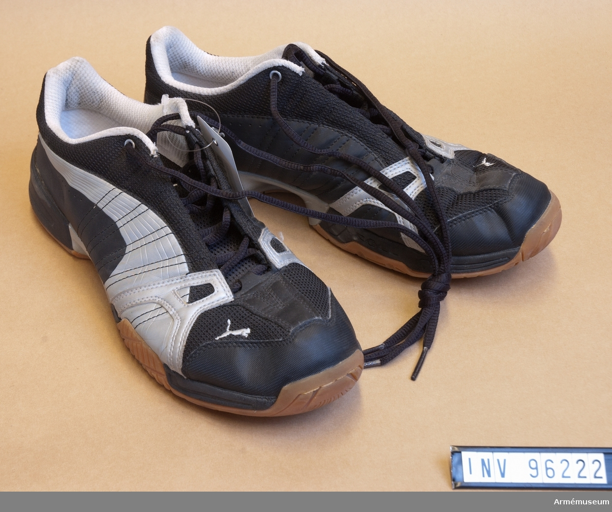 Ett par svarta gymnastikskor av märket Puma