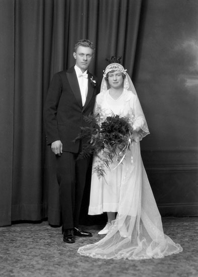 """Uppgift enligt fotografen: """"Uddevalla. Ateljéfoto. Brudpar. Erik Hermansson."""""""