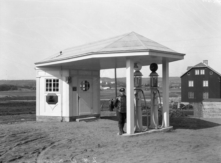 """Uppgift enligt fotografen: """"Uddevalla. Tappstation vid Sörkällan."""""""