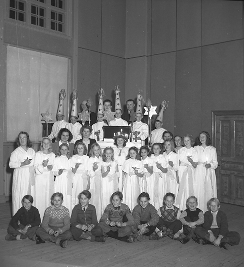 """Text till bilden: """"Emanuelskyrkan. Missionsförening. Luciafest 1945.12.11""""."""
