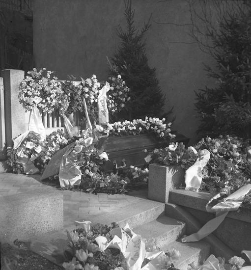 """Text till bilden: """"Ing. Gunnarssons begravning. 1948.03.13""""."""