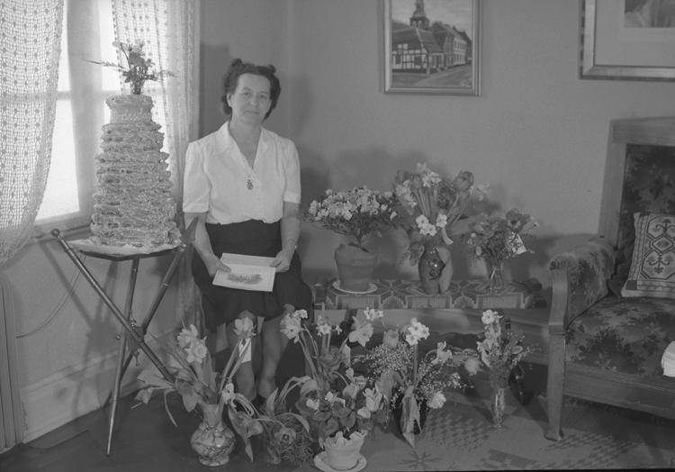 """Text till bilden: """"Fru Blomgren, Bergsgatan. 50 år. 1949.02.11""""             i"""