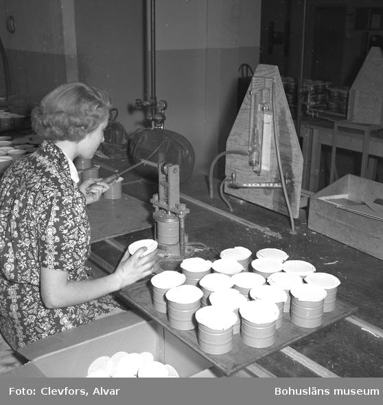 """Text till bilden: """"Gullmars Prec. Gasmaskavdelningen. Interiör och maskiner. 1953.04.20""""           i"""