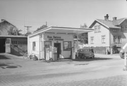 """Text till bilden: """"Bensinstationen Esso. Fotografering av sj"""