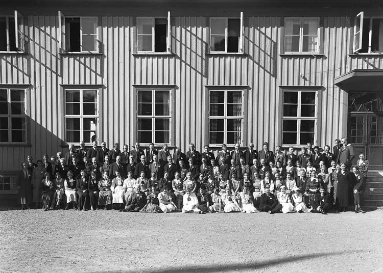 """Text till bilden:""""Gruppfoto. Västkustens ungdomsskola""""."""