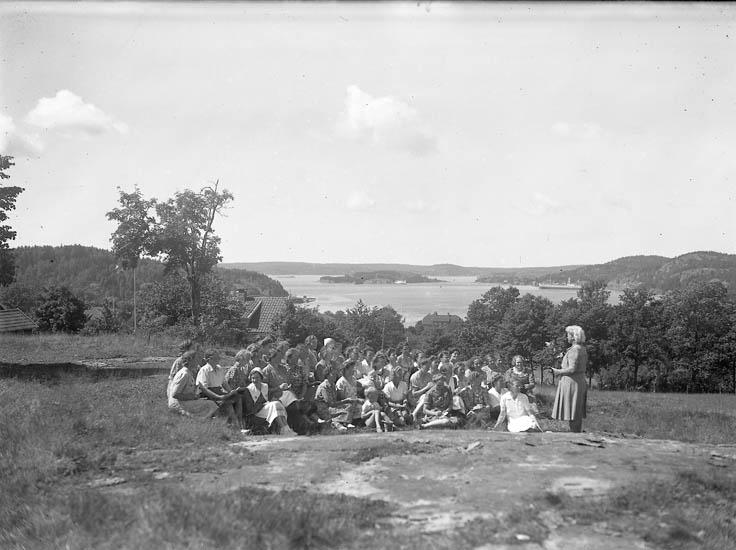 """Text till bilden:""""Kooprativa kvinnomöte V.U. 1944. Utsikt över fjorden""""."""