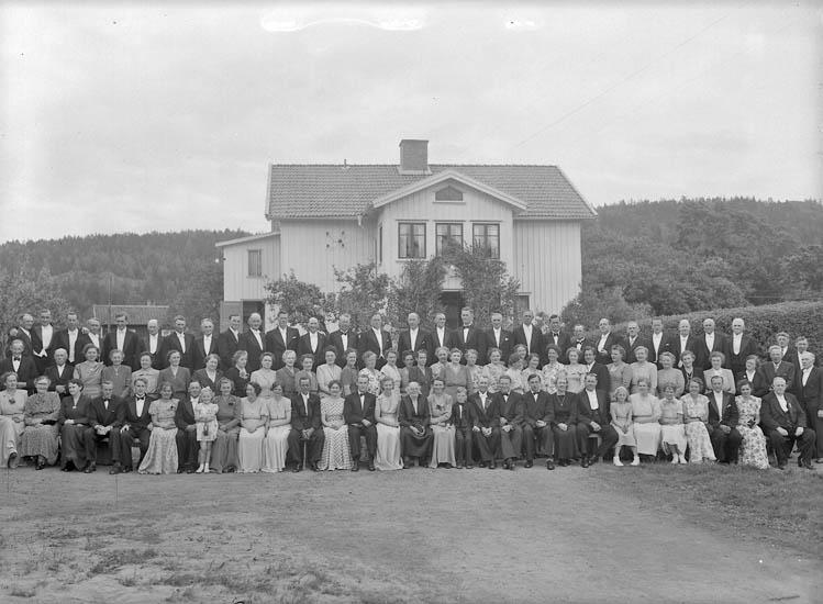 "Text till bilden:""Gruppbild. Hermansson i Hede 18/6 1949""."