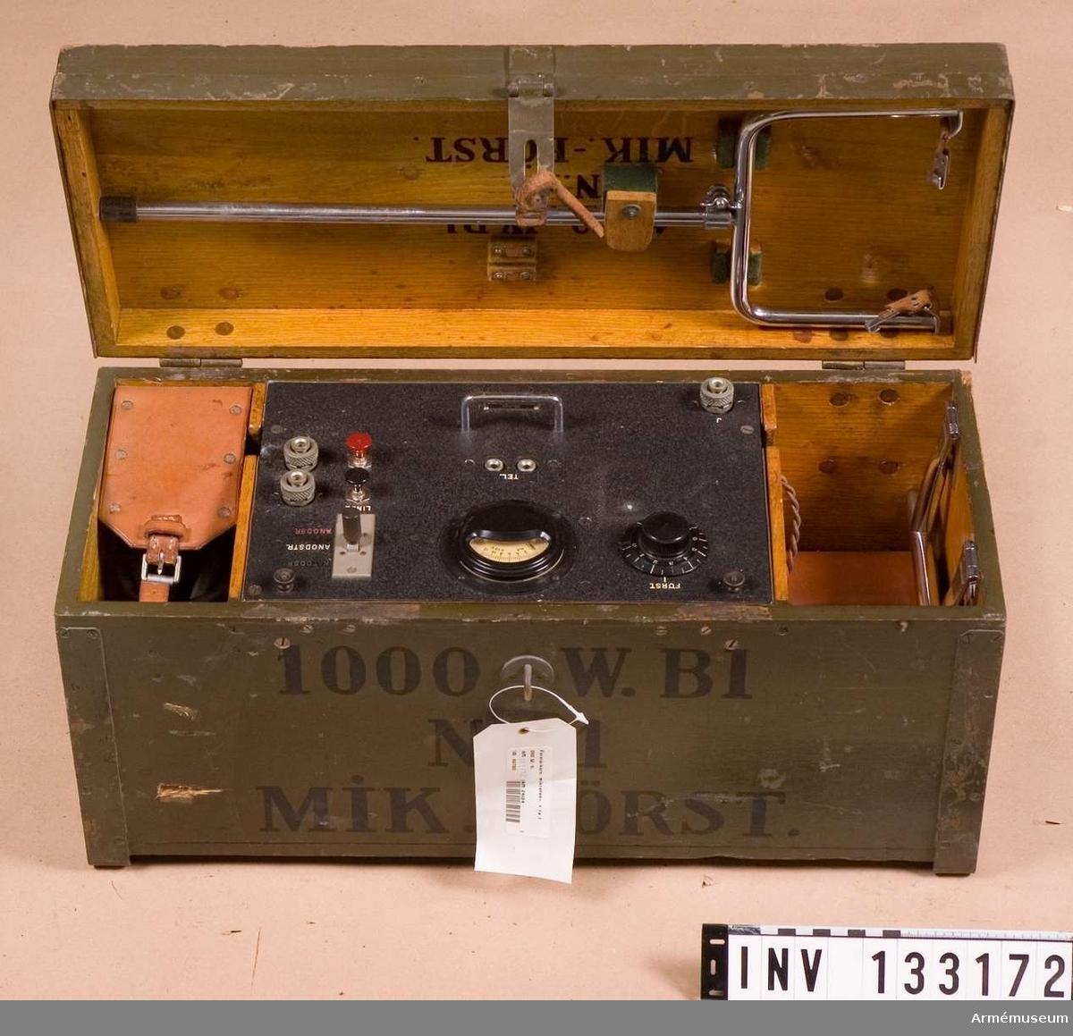 Grupp H II.  Mikrofonförstärkare, typ MIF 1 tnr 1030.  Tillbehör till radiostation 1000 W vari det bl. a. ingår motor, sändare, mod.förstärkare, mikrofonförstärkare, materiellåda med innehåll, antennlåda och generator.