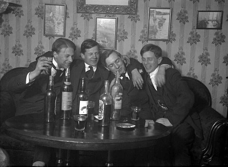 """Enligt senare noteringar: """"Ego, Gösta Olsson, Oscar Andreasson, John Magnusson. Taget i mitt rum, 22/4 1916."""""""