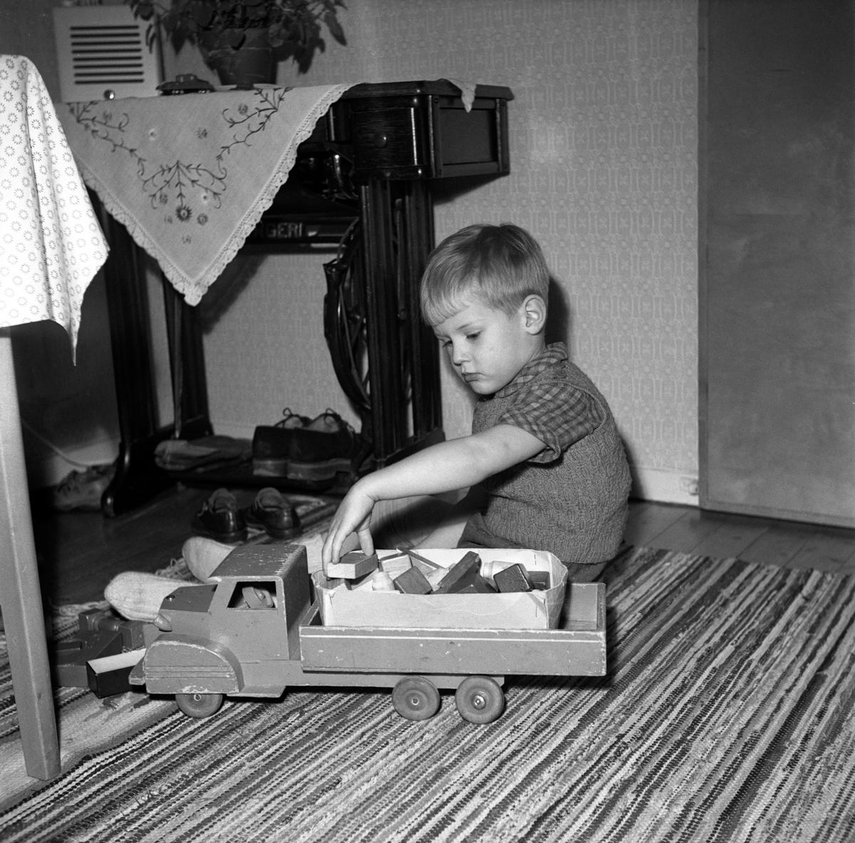 Pojken Bengt Damgren i Jönköping leker med en lastbil och klossar av trä.