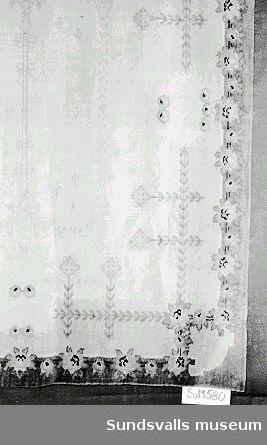 Duk med blomstermotiv i flera färger tillverkad av schagg (grov yllesammet).
