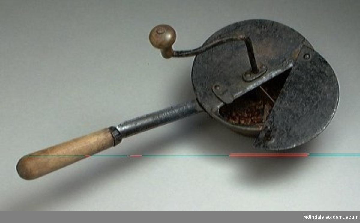Kafferostaren består av en rund kastrull, vars övre del skjuts ut utanför bottenpartiet.Halva locket kan öppnas. Vev med träknopp. Handtag med hållare av trä. Tillvaratagen i uthus.