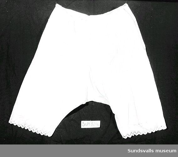 Vita benkläder i bomull med spets längst ned på benen.