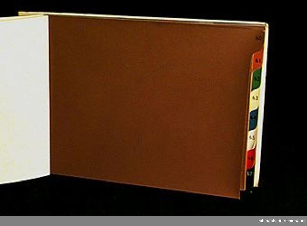 """Häfte med  prover för """"LÄDERIMITATION"""".  Logotyp med sfinx på fundament och tillverkarnamnet på fram och baksida. På framsidan står """" Provbok Nr 68, AKTIEBOLAGET PAPYRUS - MÖLNDAL"""". På ryggen text """" 68 LÄDERIMITATITON"""". Pärmen och första sidan är gula och av sidenmönstrad pressning. Första sidan innehåller även produktinformation. Proverna ordnade efter olika färger (brunt, engelsk rött, grönt, gult, blått, vitt, rött och svart) och pressningsmönster.Litteratur: Papyrus 1895-1945, Minneskrift, Esseltes Göteborgsindustrier AB, Göteborg 1945."""