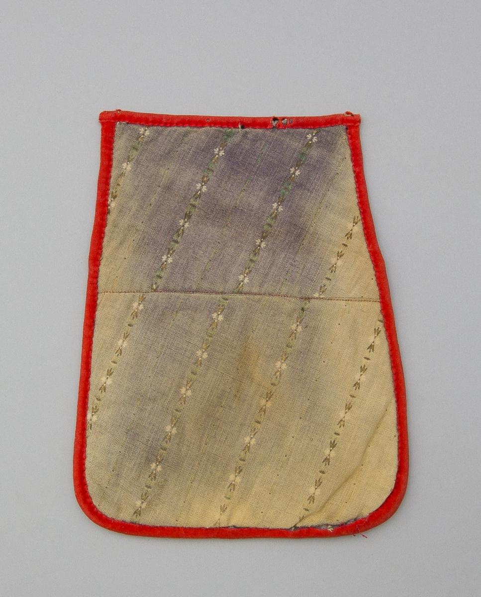 Kjolsäck till dräkt för kvinna från Gagnefs socken, Dalarna. Modell med avskuret framstycke. Tillverkad av svart ylletyg, kläde, med applikationer av kläde i rött, grönt och gult, fastsydda med ullgarn, läggsöm. Centralt placerat hjärtmotiv med hjulformer omkring. Mellan applikationerna ytfyllande broderi, sytt med ullgarn i många färger, sticksöm, och flätsöm. På överstycket broderat med flätsöm och sticksöm. Kantad runtom med remsor av rött kläde. Fodrad med fabrikstillverkat bomullstryck i tuskaft med tryckt mönster i blått på vit botten. Baksida av annat tryckt bomullstyg, blekt lila med tryckta ränder. Band saknas.