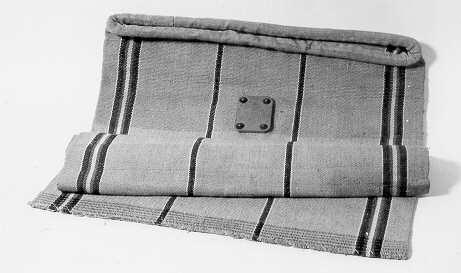 Värdepostsäck, svensk med lodräta ränder i olika färger. Mittpå säcken är en läderplatta fastnitad. Botten är sydd. Tjock kant runt öppningen. Har nummer 0 enligt inventarieförteckningen från1893. Läderplattan var avsedd att sätta sigillavtryck på vid förseglingen.