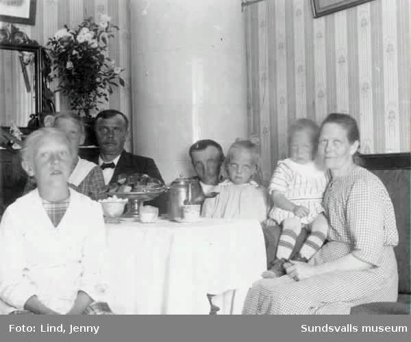 """Kaffebjudning. Text: """"Skönsberg den 21/8 1916. Hjärtlig Gratulation på Josefina dagen av Fru Gustavsson"""" (Skönsberg tillagt med blyerts) och adresserat till """"Fru Josefina Andersson Sundsvall"""" (Farmor i blyerts). Privattaget vykort som inte är postbefordrat."""