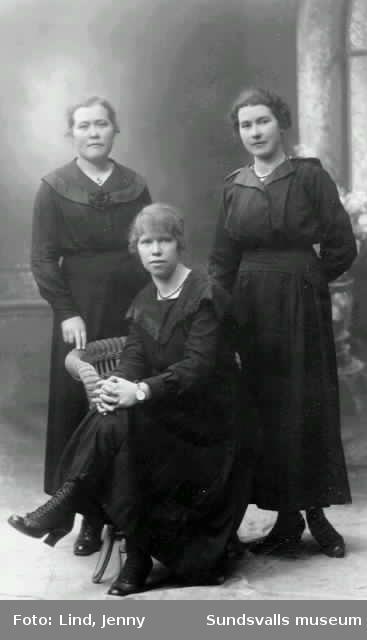 Ateljébild i form av privattaget vykort. Tre unga kvinnor fr v Hulda Näslund, Vera Pettersson, Agda Nordin.