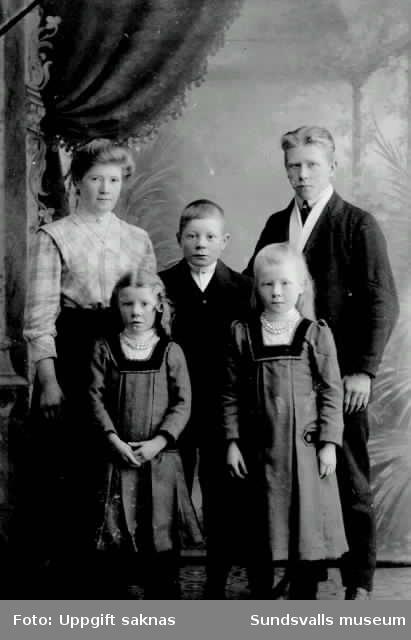 """Ateljébild i form av privat vykort. Text """"Barnen. Fia Jonsson. Stockvik"""""""