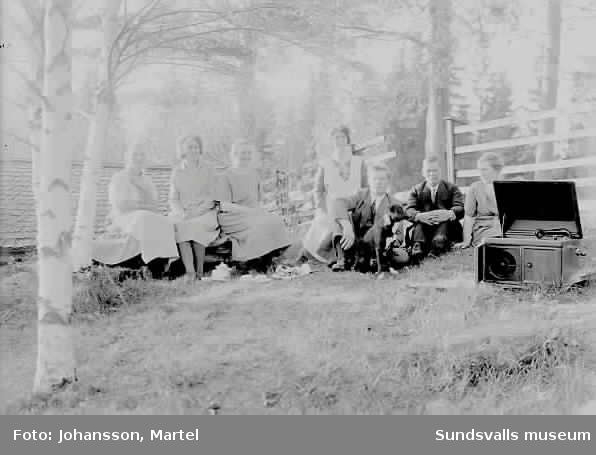 Staket hundstaket : Grupporträtt i hagen, med en resegrammofon samt hund. - Sundsvalls ...