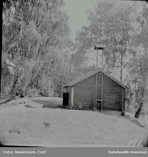 Visthus med vällingklocka från brukstiden i Lagfors.