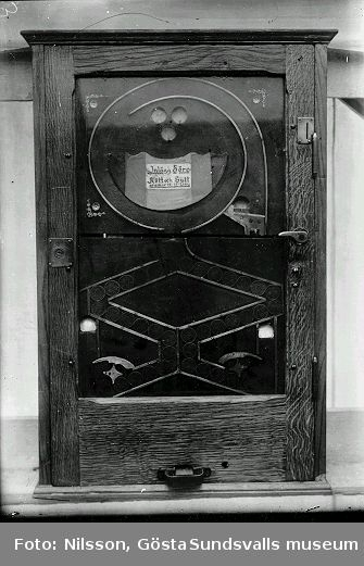 Spelautomater troligen visade på Sundsvallsutställningen 1928. Instruktioner till 145: Inlägg 5 öre å önskad färg. Vrid handtaget till höger. Om maskinen stannar på vald färg så utkommer vinstpolett som inlöses i kassan. Ett stort antal negativ i nummerföljden föreställer andra motiv och är därför registrerade för sig.