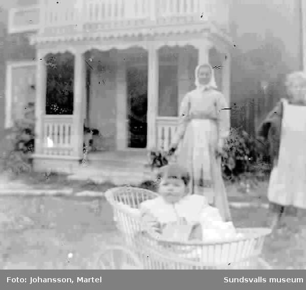 Troligen Ingeborg Muhr, i barnvagnen, med sin mor Kristina framför bostaden i Sörfors.