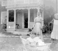 Troligen Ingeborg Muhr, i barnvagnen, med sin mor Kristina f