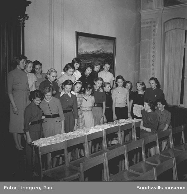 Sundsvalls flickskola syr barnkläder till Missionen.