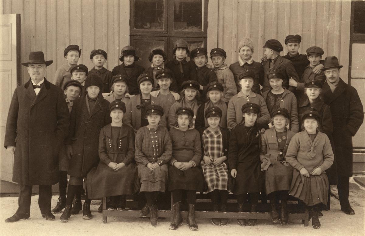 Elever med lärare på Götiska förbundets skola (invigd 1824 efter en donation av Samuel Norberg), nedre avdelningen.