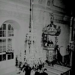 Interiör från Tynderö kyrka, präst i predikstol, takkrona, k