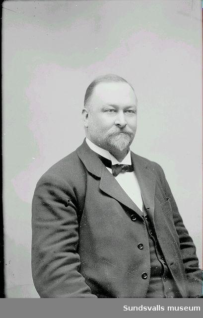 """Carl Wilhelm """"Kåve"""" Kihlbaum (f. 1857 d. 1907). Grosshandlare och konsul i Sundsvall. Bror till fotograf Maria Kihlbaum. Det var Carl W som visste att det fanns en  fotoateljé till salu i Sundsvall som Maria Kihlbaum köpte 1897. Han bosatte sig i Sundvall 1880. han började som kontorist och bokhållare på Blombergs kontor. Därefter startade han upp ett gemensamt handelsföretag med brodern James. """"Kåve"""" blev även brasiliansk konsul och importör av viner. Han blev med tiden en mycket välbärgad man som stöttade sin syster Maria och sin övriga familj ekonomiskt. Han förblev ogift och avled hastigt på sin egen 50-års dag."""