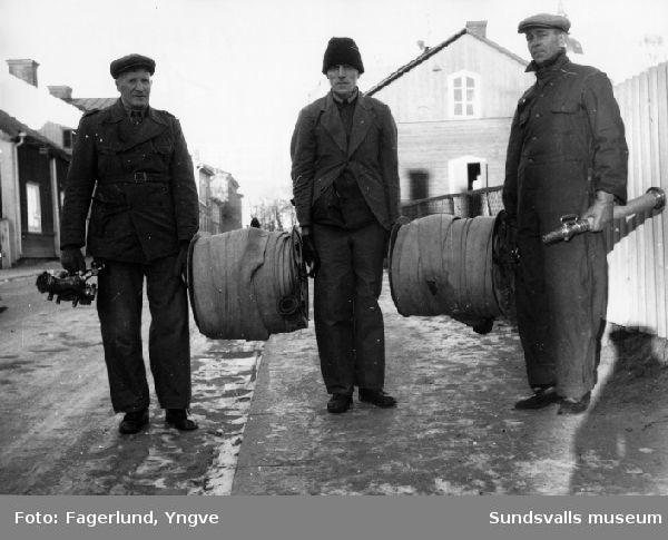 Brandskyddskurs för Stockviksverkens anställda i Härnösand. Här provas slangutläggning.