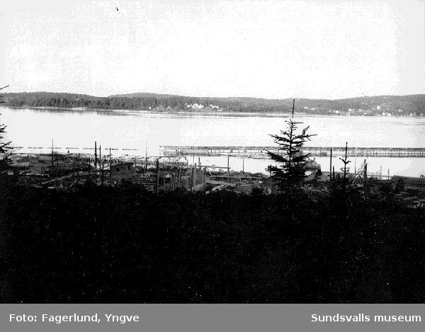 Stockviksverken under uppförande. I bakgrunden ses bebyggelsen på Klampenborg (Dårholmen).(Panoramafotografi tillsammans med 0795:148, 150, 153)