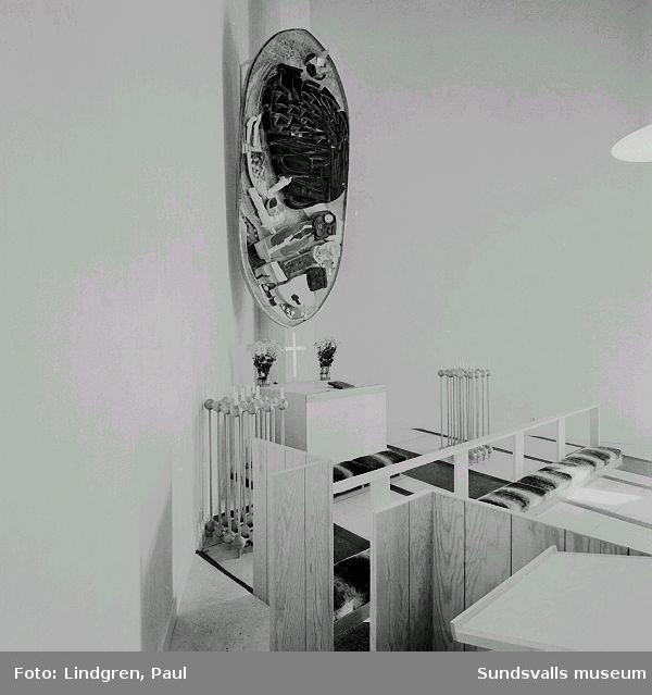 """Interiör från Nacksta kyrka, ritad av arkitekt Peter Celsing och invigd 1969. Koret med Vera Nilssons altartavla """"De tre vise männen""""."""