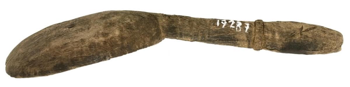 En träsked. Skeden har ett äggformat blad och ett rakt, profilerat skaft. I skaftänden syns en inristning, troligtvis ett bomärke. Skeden är mycket ömtålig, med mindre sprickor. Skedbladet är något klämt längs ena långsidan. I övrigt är skeden relativt välbevarad. Eventuellt har färgpigment nyligen påträffats på skeden.