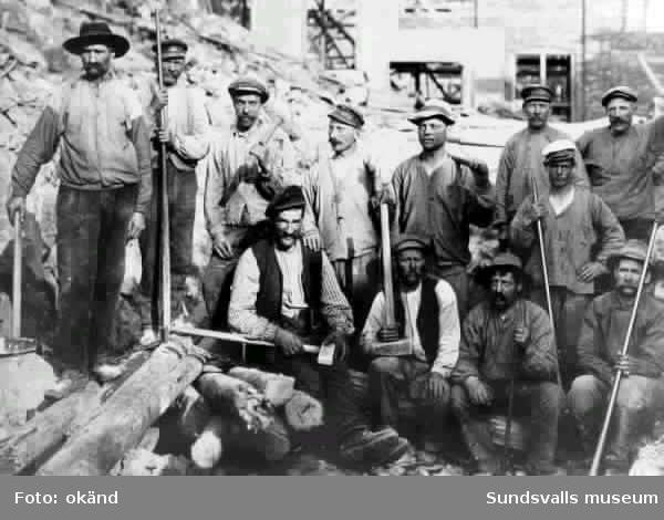 byggnadsarbetare vid byggandet av Svartviks sulfitfabrik