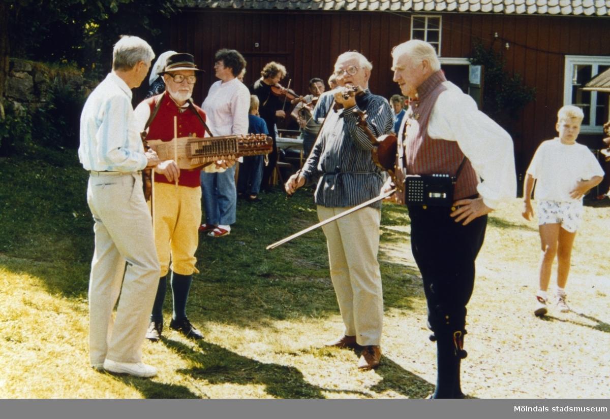 Spelemän bl.a Ivar Andersson och Henry Bensson på fiol. Plats och årtal okänt.