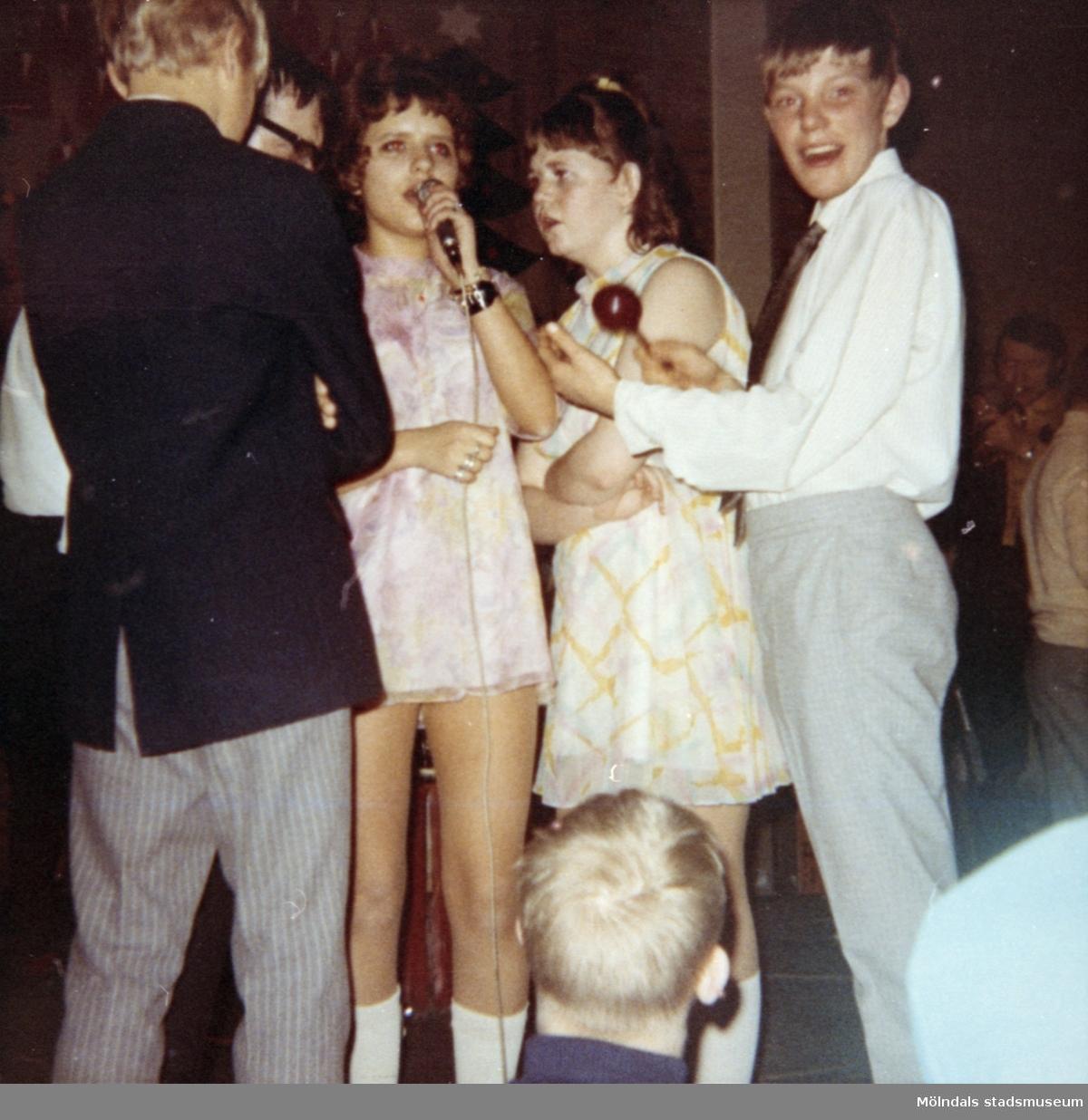 Elever vid Streteredshemmet, som uppträder och sjunger. 1970-tal.