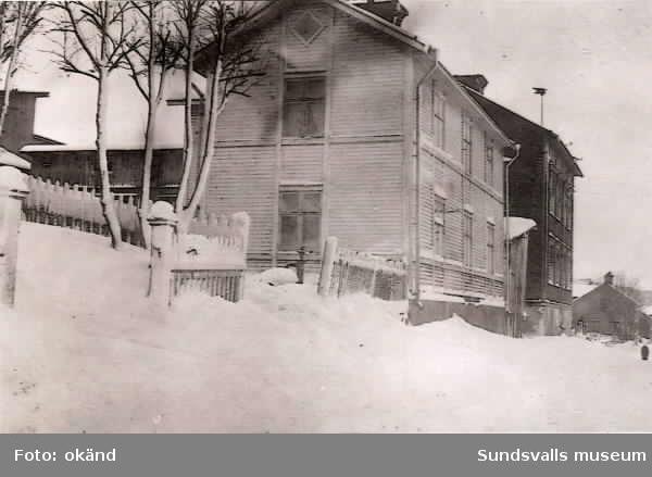 Snickaregatan 25 (tidigare Snickaregatan 13). Professor och etnolog Carl Herman Tillhagen född i Sundsvall 1907 och död 2002 var bosatt i huset 1914-1927.